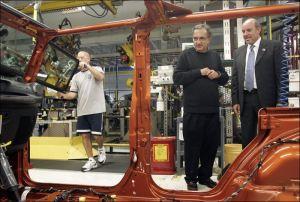 Nella foto: l'ingegnere Pino accompagna il dottore Marchionne in una visita presso lo stabilimento Jeep di Toledo